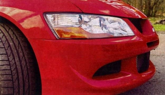 Niepozorny zderzak jest arcydziełem sztuki aerodynamicznej - wraz z tylnym spoilerem zapewnia docisk auta do podłoża i kieruje powietrze do chłodzenia mechanizmów. /Motor