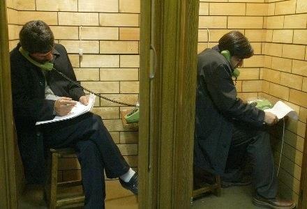 Nieprawidłowe trzymanie słuchawki może być niebezpieczne dla naszego zdrowia /AFP