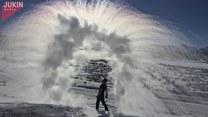 Niesamowity widok wody na zimnym powietrzu