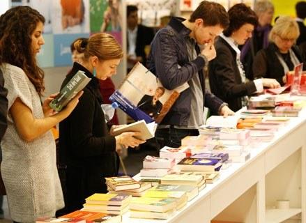 Niestety Polacy coraz mniej czytają książek /AFP