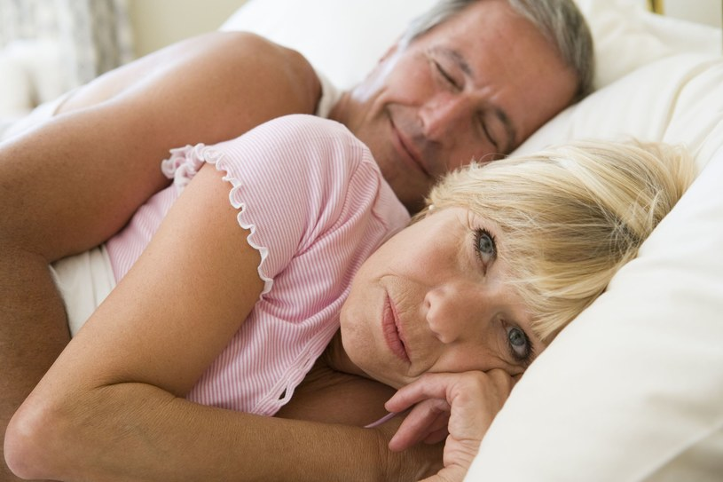 Niestety, wraz z wiekiem, spada poziom melatoniny /123RF/PICSEL