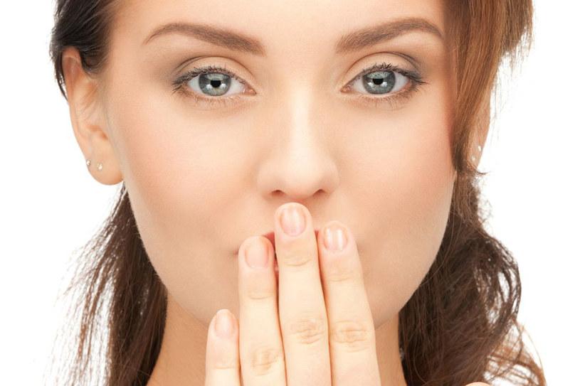 Nieświeży oddech to nie tylko kwestia chorób dziąseł lub zębów. Może być zwiastunem poważniejszych schorzeń. /123RF/PICSEL