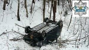 Nieszczęśliwy wypadek. Fiat dachował w rowie