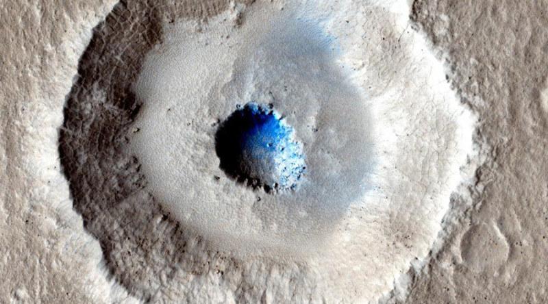Nietypowy krater na Marsie /NASA