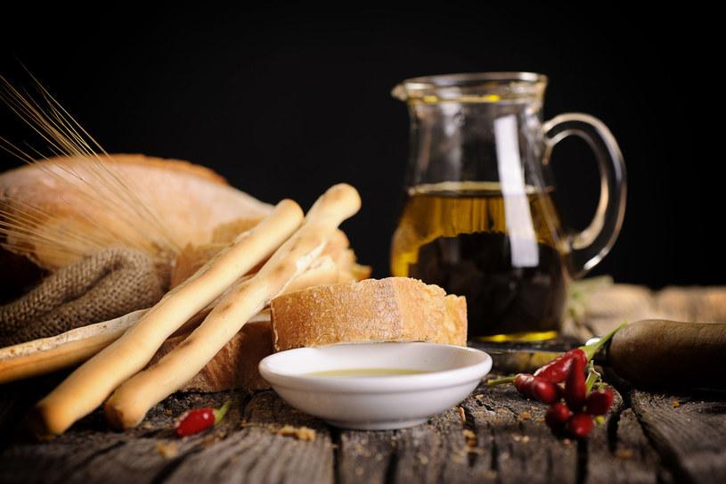 Niewielkie ilości octu spożywane w piklach czy sałatkach dezynfekują układ pokarmowy /©123RF/PICSEL