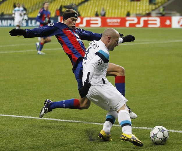 """Niewielu piłkarzy może się pochwalić strzeleniem takiego """"samobója"""" jak Wasilij Bierezucki (z lewej) /AFP"""