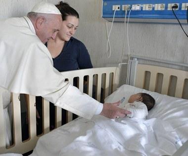 Niezapowiedziana wizyta papieża w szpitalu. Franciszek wręczał dzieciom podarunki