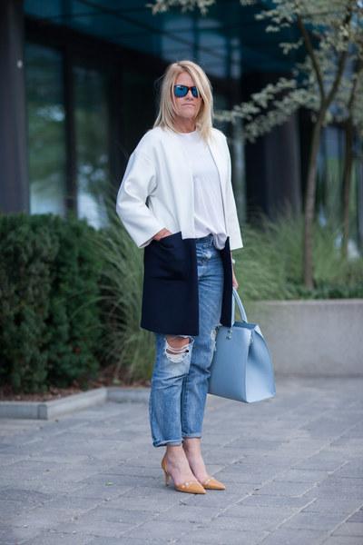 GRAZIA: Formalny zestaw urozmaicony mocno przecieranymi dżinsami z Bershki. Wielki plus za biało-czarny płaszcz i pastelową torbę. Waszym zdaniem: Klasyka przełamana młodzieżowymi spodniami. Aneta Polańska