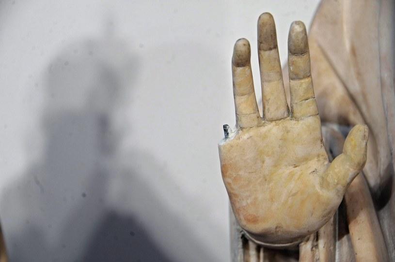 Niezdarność pewnego Amerykanina spowodowała uszkodzenie bezcennej rzeźby /PAP/EPA