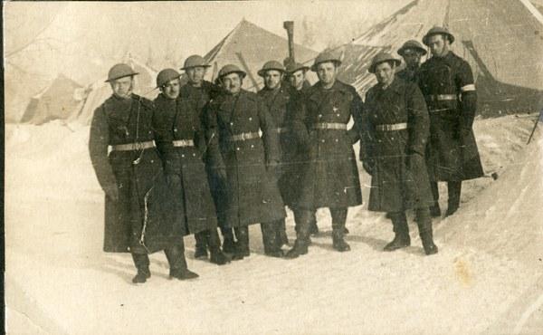 Oficerowie 19. pp w hełmach, Tock XII 1941 r. AAN, Akta Leona Wacława Koca, sygn. 21.
