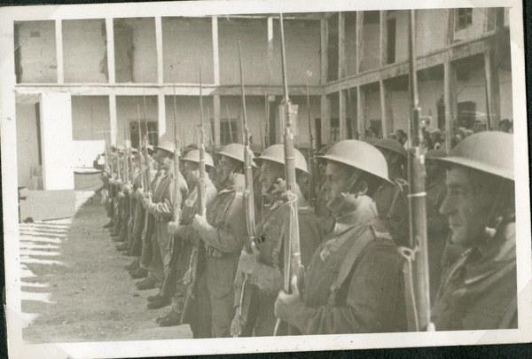Kompania honorowa prezentuje broń, Guzar VI 1942 r. AAN, Akta Leona Wacława Koca, sygn. 22.