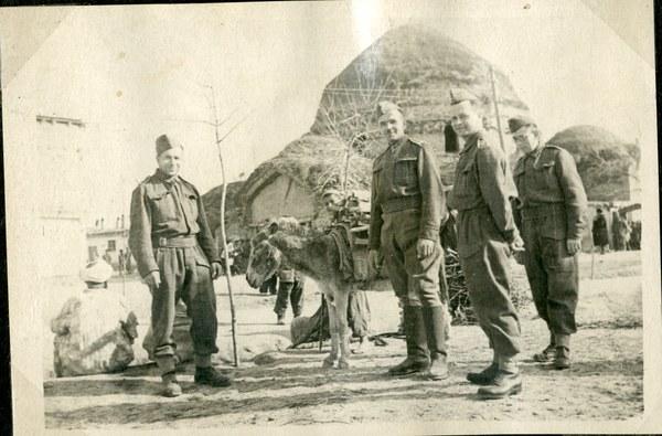 Żołnierze przed okrągłym meczetem, Szachrisabz IV 1942 r.  AAN, Akta Leona Wacława Koca, sygn. 22.