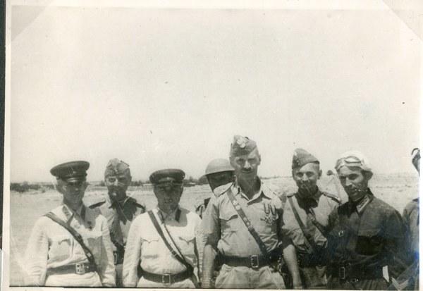 Gen. Władysław Anders z oficerami polskimi i bolszewickimi, Guzar VII 1942 r. AAN, Akta Leona Wacława Koca, sygn. 22.