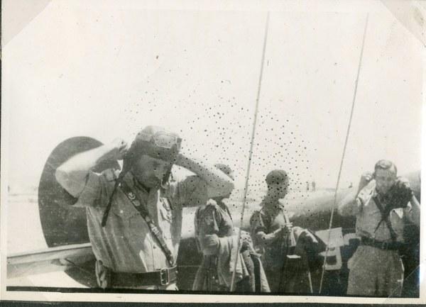 Gen. Władysław Anders przy samolocie, Guzar VII 1942 r. AAN, Akta Leona Wacława Koca, sygn. 22.