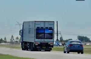 Niezwykłe ciężarówki Samsunga ułatwią wyprzedzanie
