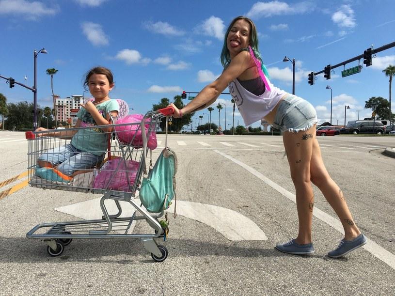 """Niezwykłe córka i matka. Brooklynn Prince i Bria Vinaite w """"The Florida Project"""" /materiały prasowe"""