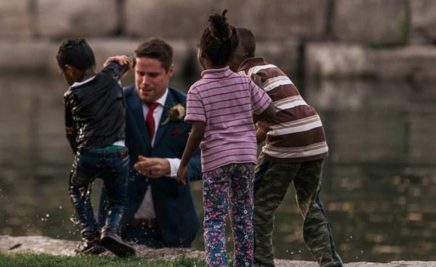 Niezwykłe zdjęcie ślubne. Fotograf uchwycił moment, gdy pan młody ratuje tonące dziecko