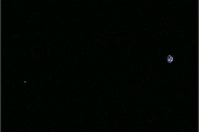 Niezwykłe zdjęcie Ziemi i Księżyca wykonane przez sondę Hayabusa 2 /materiały prasowe