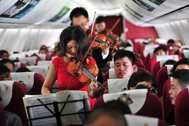 Niezwykły występ muzyków w samolocie