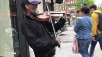 Niezwykły występ uliczny utalentowanego skrzypka