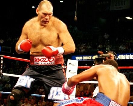 Nikołaj Wałujew wygrał przez nokaut w jedenastej rundzie /DAVID MARTIN WARR/DON KING PRODUCTIONS