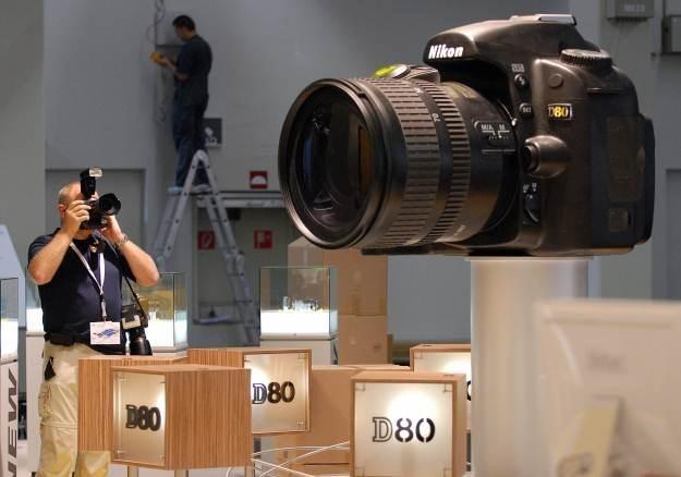 Nikon i Canon nadal zarabiają fortunę na lustrzankach, ale bezlusterkowce kontratakują /AFP