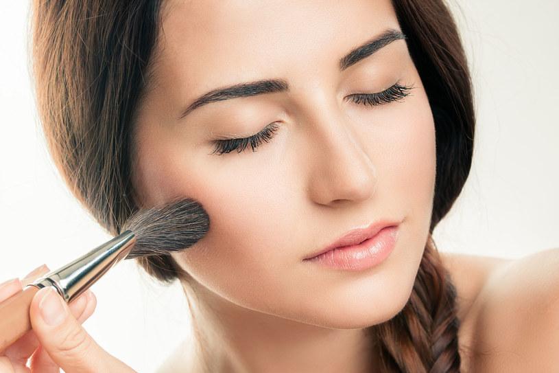 Nim nałożysz cień na powieki, przetrzyj je tonikiem lub płynem micelarnym. Będą trzymać się dłużej /123RF/PICSEL
