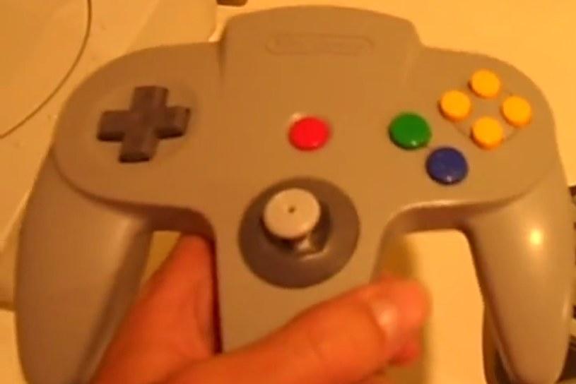 """Nintendo 64 - fragment materiału wideo znalezionego na kanale """"TheSyrupCompany"""" w serwisie youtube.com /materiały źródłowe"""