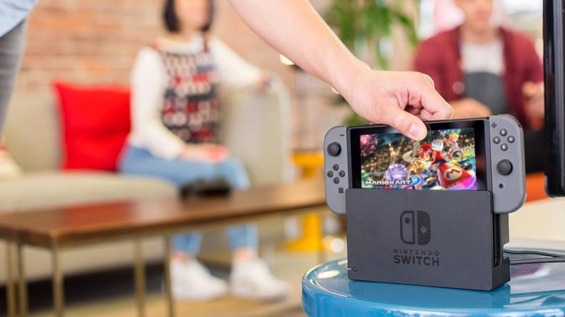 Nintendo Switch tuż przed włożeniem do stacji dokującej, i transformacją konsoli z wersji przenośnej na stacjonarną /materiały prasowe
