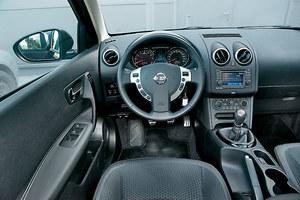 Nissan Qashqai 1.6 Acenta: morze ciemnego plastiku, ale porządnej jakości. Montaż jest staranny i nic nie trzeszczy na nierównościach. Panel seryjnej automatycznej klimatyzacji ma aż 11 niewielkich przycisków. /Motor