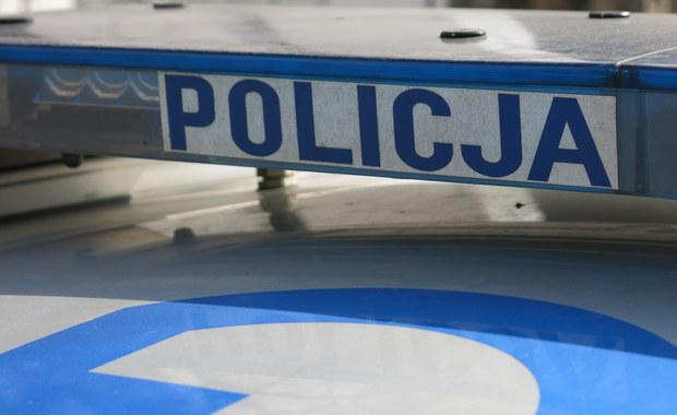 Niszczyli samochody na Mokotowie, dwa pojazdy podpalili. Zatrzymano 3 nastolatków