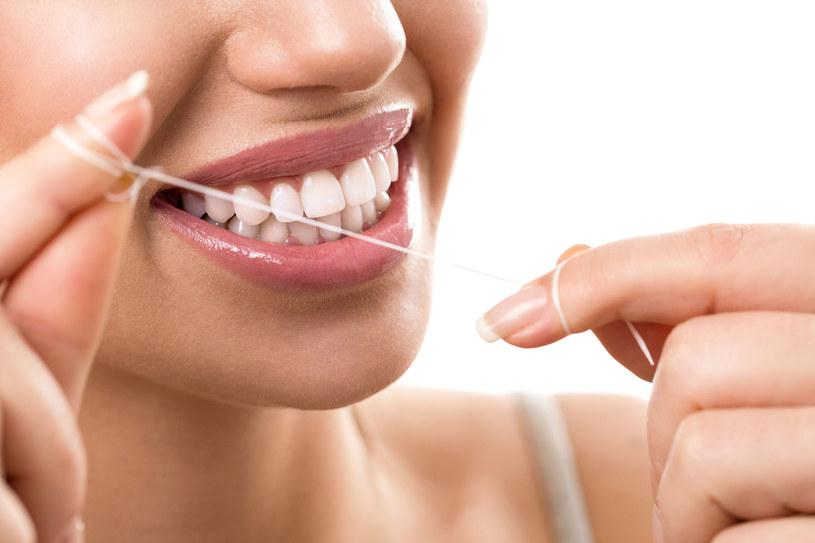 Nitki należy używać po każdym posiłku, a nie tylko wtedy, kiedy poczujemy, że coś weszło nam między zęby /123RF/PICSEL