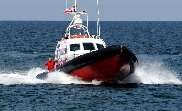 Nocna akcja ratunkowa na Bałtyku. Uratowano żeglarza, którego jacht zapalił się i zatonął