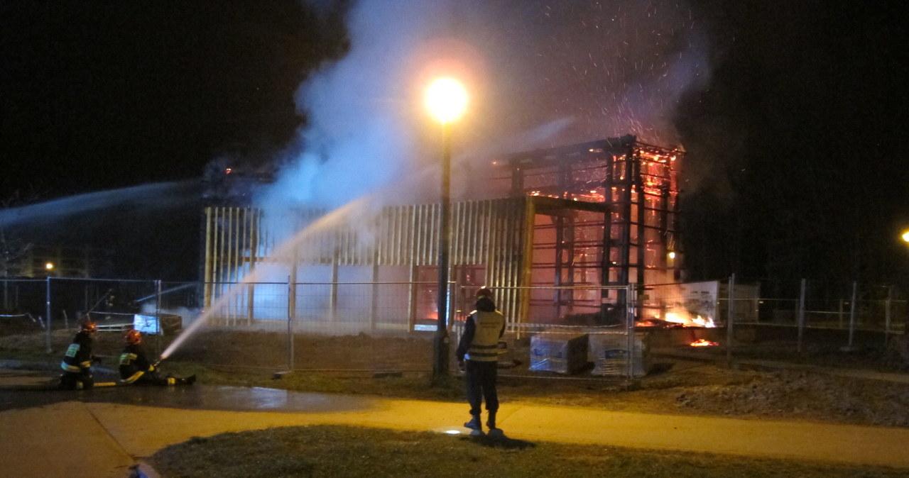 Nocny pożar w Krakowie: Spłonęła konstrukcja tężni solankowej przy Zalewie Nowohuckim