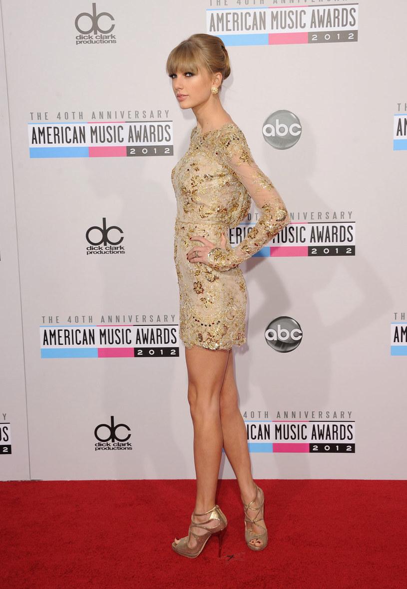 Nogi Taylor Swift wygladają efektownie, bo są gładkie i lekko opalone /Getty Images/Flash Press Media
