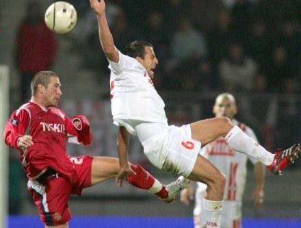Norbert Varga walczy o piłkę z Pascalem Berenguerem /AFP