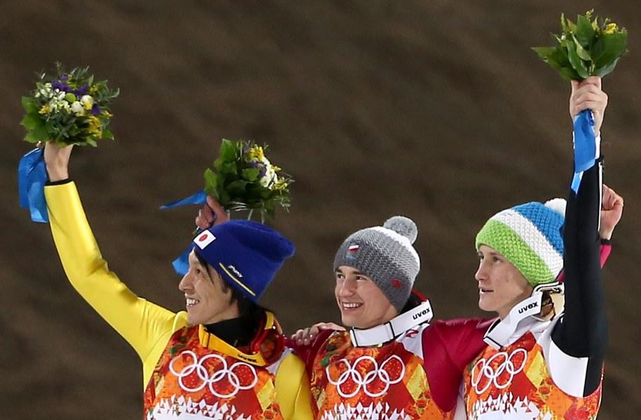 Noriaki Kasai, Kamil Stoch i Peter Prevc na podium w czasie ceremonii kwiatowej /FEHIM DEMIR /PAP/EPA