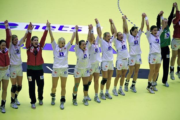 Norweskie piłkarki ręczne cieszą się z awansu do finału mistrzostw świata /AFP