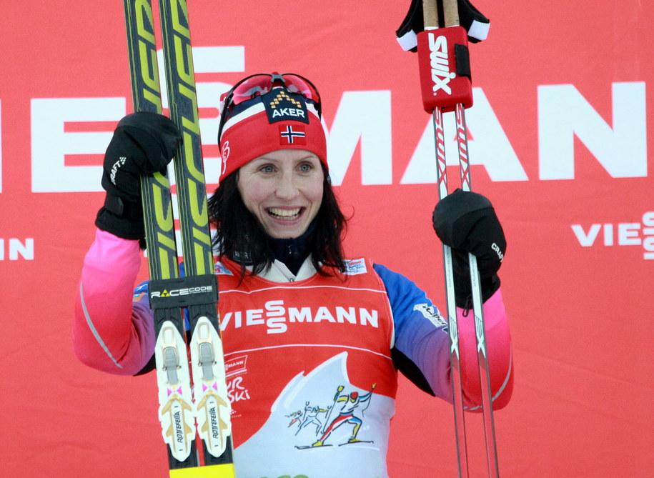 Norweżka Marit Bjoergen na najwyższym stopniu podium biegu na 5 km techniką klasyczną podczas zawodów narciarskiego Tour de Ski we włoskim Dobbiaco /Grzegorz Momot /PAP