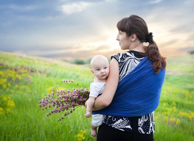 Noszenie dziecka w chuście ma wiele zalet /Picsel /©123RF/PICSEL