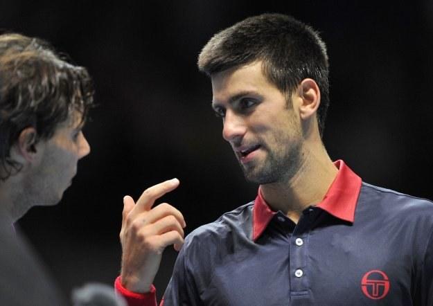 Novak Djokovic (z prawej) w rozmowie z Rafaelem Nadalem /AFP