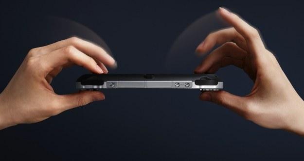 Nowa konsola Sony jest dosyć lekka i pewnie leży w dłoniach /Informacja prasowa