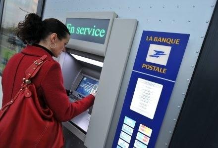 Nowa metoda pozwala przechwycić kody PIN wpisywane w bankomatach bez użycia kamery /AFP
