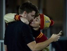 Nowa miłość kwitnie. Aktorka i wokalistka Miley Cyrus w gorących pocałunkach z modelem i aktorem Patrickiem Schwarzeneggerem podczas meczu futbolu amerykańskiego w Los Angeles