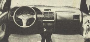 Nowa też jest stylizacja tablicy wskaźników. Na centralnym miejscu prędkościomierz, obok czytelny obrotomierz. W standardowym wydaniu radio z odtwarzaczem płyt kompaktowych. /Motor