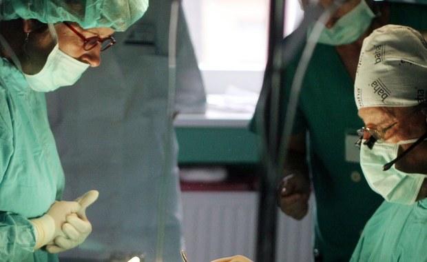 Nowatorska operacja. Pacjentka dzień po zabiegu może chodzić