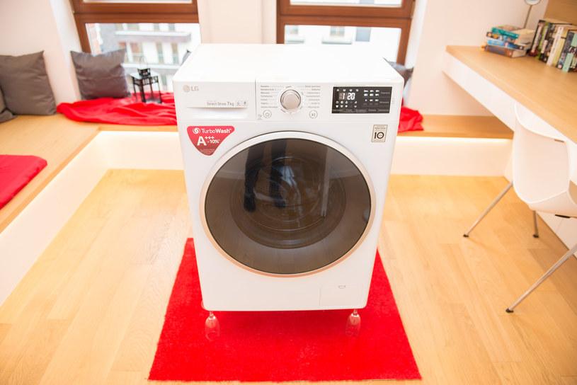 Nowe pralki LG są tak stabilne, że utrzymają je kieliszki do szampana /materiały prasowe
