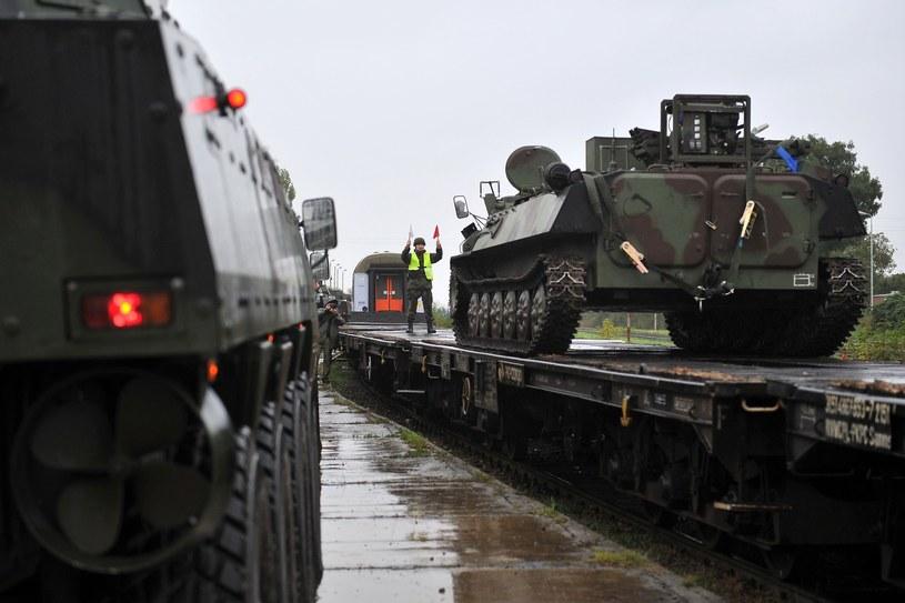 Nowe wagony miają zastąpić widoczne w tle standardowe wagony kolejowe /Lukasz Szelemej /East News