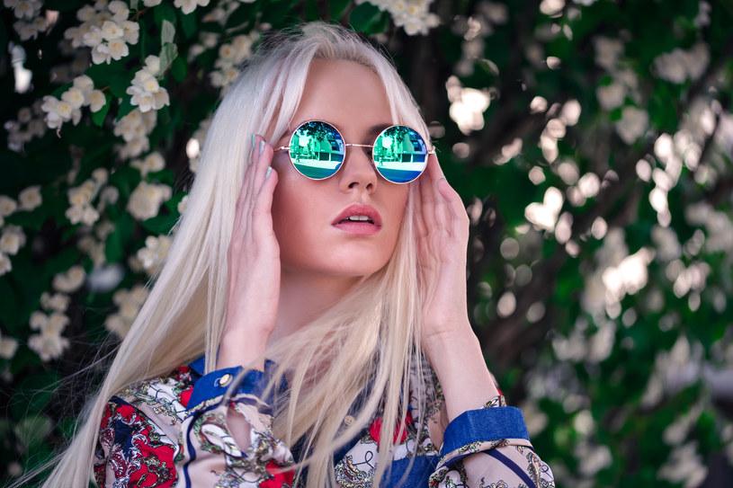Nowoczesne okulary uczynią stylizację ciekawszą /©123RF/PICSEL