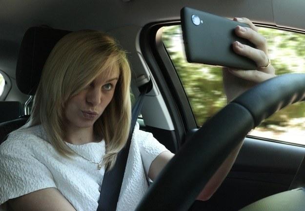 """Nowoczesne smartfony """"zachęcają"""" kierowców do różnych, niebezpiecznych zachowań, nie tylko prowadzenia rozmów /"""